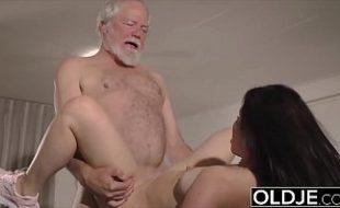 Neta pega vovô meditando se esfrega chupa e fode como uma putinha