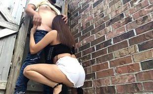 Novinha delicioa pagando boquete no quintal de casa