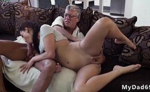 Pai dotado come a bucetinha da filha escondido na sala
