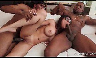 Pornô grátis Mia Khalifa na suruba com pretos das tores enormes