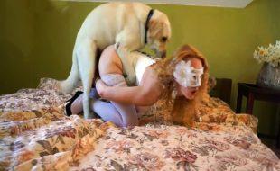 Ruiva madura mascarada deixa cão lamber e foder sua racha de quatro na cama