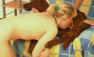 Safada ajuda irmã loira branquinha foder e chupar seu cão marrom dotado