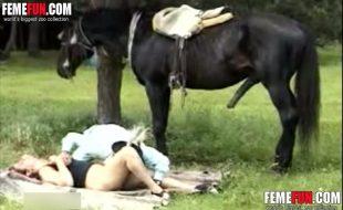 Tetuda leva rola na buceta de um coroa e chupa pau do cavalo