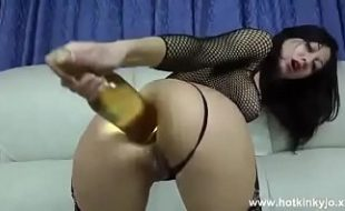 Video bizarro gostosa gozando socando garrafa de vinho no cu