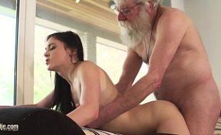 Video de incesto neta sexo oral e foda com avô barbudo